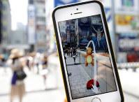 スマホアプリ「ポケモンGO」の配信が始まり、大阪ミナミの戎橋に現れたポケモン=大阪市中央区で2016年7月22日午前11時、貝塚太一撮影