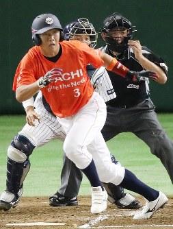 【さいたま市(日本通運)-日立市(日立製作所)】一回裏日立市2死一、二塁、中村良が左前適時打を放つ(捕手・木南)=東京ドームで2016年7月22日、梅田麻衣子撮影