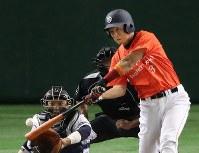 【さいたま市(日本通運)-日立市(日立製作所)】五回裏日立市1死一、二塁、中村良が左中間に2点二塁打を放つ=東京ドームで2016年7月22日、梅田麻衣子撮影