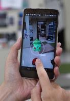 ゲームアプリ「ポケモンGO」が配信され、ポケモンが表示されたスマートフォンの画面=東京都千代田区で2016年7月22日午前10時23分、宮本明登撮影