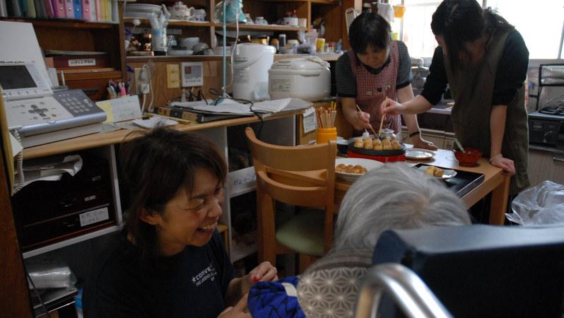 明るく動き回るヘルパーの笑顔にいやされる=宮崎市の「かあさんの家」で2007年4月29日、矢頭智剛撮影