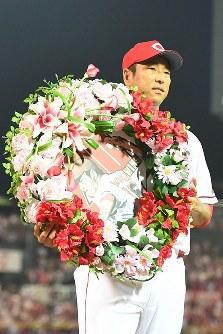 日米通算200勝を達成し、記念の花輪を持つ黒田投手=マツダスタジアムで2016年7月23日午後9時2分、大西岳彦撮影