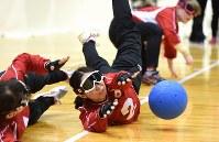 【日本A-イスラエル】ボールを止める浦田(中央)=東京都足立区の足立区総合スポーツセンターで2016年7月24日、徳野仁子撮影