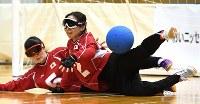 【日本A-イスラエル】ボールを止める浦田(手前)と天摩=東京都足立区の足立区総合スポーツセンターで2016年7月24日、徳野仁子撮影