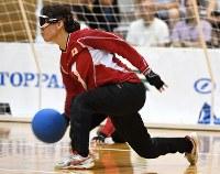 【日本A-イスラエル】ボールを投げる小宮=東京都足立区の足立区総合スポーツセンターで2016年7月24日、徳野仁子撮影
