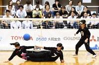 【日本B-韓国】ディフェンスする日本の選手たち=東京都足立区の足立区総合スポーツセンターで2016年7月24日、徳野仁子撮影