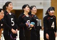 【日本B-韓国】韓国に勝って3位となり、観客席に笑顔であいさつする日本Bの選手たち=東京都足立区の足立区総合スポーツセンターで2016年7月24日、徳野仁子撮影
