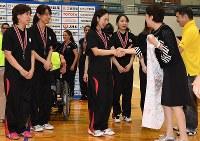 近藤やよい足立区長(右から2人目)らから寄せ書きされた応援幕を受け取るゴールボール女子日本代表の選手たち=東京都足立区の足立区総合スポーツセンターで2016年7月24日、徳野仁子撮影