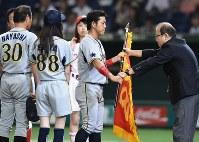 【豊田市(トヨタ自動車)-大垣市(西濃運輸)】試合後、黄獅子旗を受け取る西濃運輸の麻生=東京ドームで2016年7月25日、北山夏帆撮影