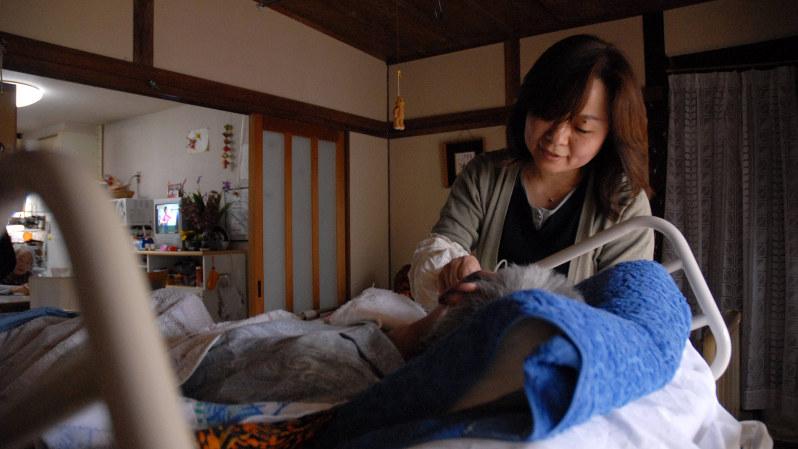 安心があるから入居者と家族は生活できる=宮崎市の「かあさんの家」で2007年4月29日、矢頭智剛撮影