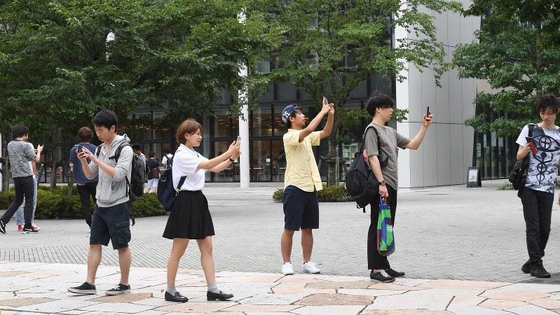 ポケモンGOを楽しむ学生たち=東京都中野区で2016年7月22日、竹内紀臣撮影