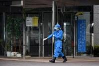事件のあった津久井やまゆり園を捜査する警察官=相模原市緑区で2016年7月26日午前6時52分、徳野仁子撮影