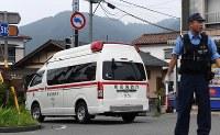 事件のあった津久井やまゆり園に向かう救急車=相模原市緑区で2016年7月26日午前6時18分、徳野仁子撮影