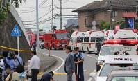事件があった津久井やまゆり園の周辺には多くの緊急車両が止まっていた=相模原市緑区で2016年7月26日午前6時40分、長谷川直亮撮影