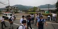 事件のあった津久井やまゆり園(右奥)=相模原市緑区で2016年7月26日午前6時47分、長谷川直亮撮影