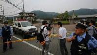 事件のあった津久井やまゆり園(右奥)=相模原市緑区で2016年7月26日午前6時50分、長谷川直亮撮影