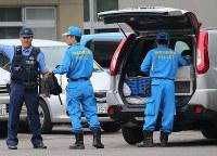 事件があった津久井やまゆり園を調べに向かう警察官ら=相模原市緑区で2016年7月26日午前7時16分、長谷川直亮撮影