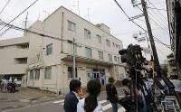 大勢の報道陣が集まった津久井警察署=相模原市緑区で2016年7月26日午前10時15分、長谷川直亮撮影