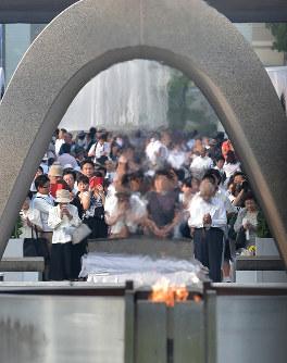 原爆慰霊碑前で手を合わせる人たち=2015年8月6日、山田尚弘撮影