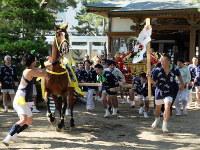 みこしを繰りだして馬を退散させる勇壮な八坂神社の馬出し祭り=行方市麻生の八坂神社境内で、2016年7月24日午後3時34分、岩本直紀撮影