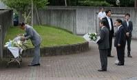 事件のあった津久井やまゆり園に献花する加山俊夫・相模原市長(左)。右から2人目は塩崎厚生労働相=相模原市緑区で2016年7月27日午後5時2分、宮武祐希撮影