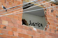 取り壊しが進む建物に書かれた「正義」という落書き=リオデジャネイロで、梅村直承撮影