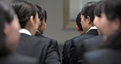 面接前の控室では、緊張を紛らわすように、隣同士でひそひそと談笑する学生も=喜屋武真之介撮影