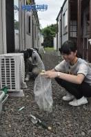 仮設住宅周辺の雑草取りに汗を流す神戸市の高校生=名取市で