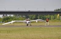 助走は補助者が翼端を支えて伴走する=滝川市のたきかわスカイパークで2016年7月16日午前6時44分、三股智子撮影