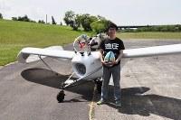 「メーヴェ」を模した無尾翼機M-02Jと、製作・操縦する八谷和彦さん=北海道滝川市のたきかわスカイパークで2016年7月16日午前6時44分、三股智子撮影