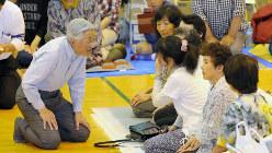 熊本地震で避難している住民にお声をかけられる天皇陛下=熊本県南阿蘇村で2016年5月19日、代表撮影