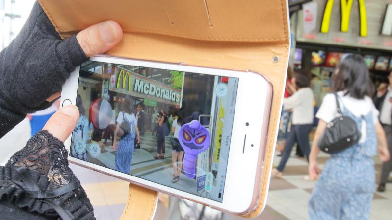 提携するマクドナルドの店舗前でポケモンGOをする人のスマホ画面=福岡市中央区で2016年7月22日、和田大典撮影