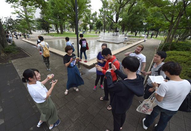 ポケモンGOを楽しむ大学生=東京都中野区で2016年7月22日、竹内紀臣撮影