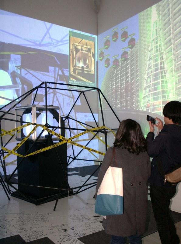 ゲームアプリ「イングレス」のオブジェ=国立新美術館で2015年2月5日、大迫麻記子撮影
