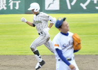 鶴岡東・佐藤要主将(3年) 準決勝<鶴岡東−酒田南(20日)> 四回表1死満塁で、本塁打を放った。2打席連続で本塁打を放つなど、今大会2本塁打7打点。4番としても強力打線を引っ張った。