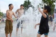 夏空の下、水浴びを楽しむ子供たち=長野市の南長野運動公園で