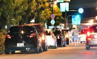 扇町公園の周囲に駐車された乗用車=大阪市北区で2016年7月29日午前0時4分、小関勉撮影(一部画像を処理しています)