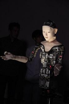 7月30日から8月6日まで日本科学未来館で展示される機械人間「オルタ」=2016年7月29日、岡礼子撮影