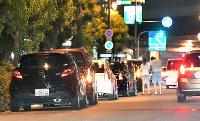 扇町公園の周囲に連なる乗用車の列=大阪市北区で2016年7月29日午前0時4分、小関勉撮影(一部画像を処理しています)