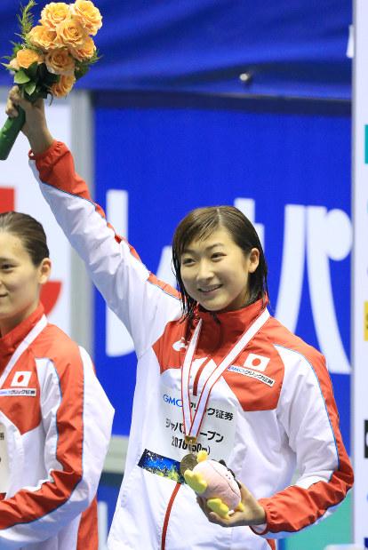競泳ジャパンオープンの女子100メートル自由形の表彰式で笑顔を見せる池江=東京辰巳国際水泳場で5月、梅村直承撮影
