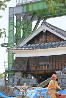 The quake-damaged, five-story Iidamaru turret at Kumamoto Castle is seen in Kumamoto on July 28, 2016, as construction to prevent its collapse nears completion. (Mainichi)