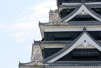 The keep of Kumamoto Castle, whose roof tiles were shaken off in the Kumamoto Earthquake, is seen in Kumamoto on July 28, 2016. (Mainichi)