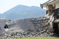 One of Kumamoto Castle's turrets, which collapsed during the Kumamoto Earthquake, is seen in Kumamoto on July 28, 2016. (Mainichi)