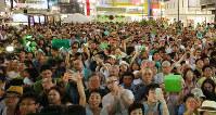 都知事選候補者の最後のお願いに聴き入る有権者ら=東京都内で2016年7月30日午後7時39分、長谷川直亮撮影