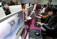 中国浙江省のインターネットカフェでオンラインゲームを楽しむ若者たち。6億人以上がネットを利用する中国ではネット管理を強める法規制が相次いでいる=AP