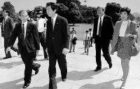 1992年の第16回参議院議員選挙で細川護熙が結党した日本新党に入党し、比例区で出馬し、初当選。初登院する左から武田邦太郎、細川護煕、寺沢芳男、小池百合子氏=1992年8月7日撮影