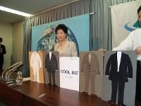 2005年夏の軽装化キャンペーンで「クール・ビズ」を発表。新しい夏のビジネススタイルを確立した=江口一撮影