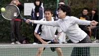 テニスをする小池百合子環境相(手前)と杉村太蔵衆院議員=2005年11月13日、佐藤賢二郎撮影
