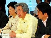 小泉純一郎首相(中央)と小池百合子環境相(左)、安倍晋三官房長官=首相官邸で2006年7月7日、藤井太郎撮影