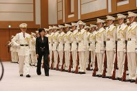 2007年に防衛相に就任。着任にあたり儀仗隊の栄誉礼を受ける=東京都新宿区の防衛省で2007年7月4日、石井諭撮影